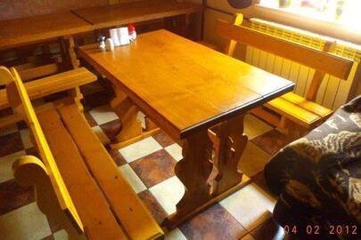 Столи дерев'яні (жовтого кольору) в кількості 3 штуки