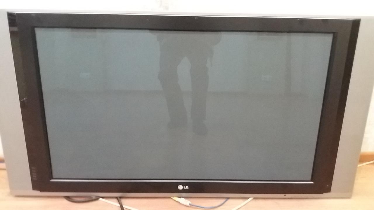 Телевізор LG, сірого кольору, модель 42PX4RV та тюнер чорного кольору з пультом (модель не встановлено), б/в