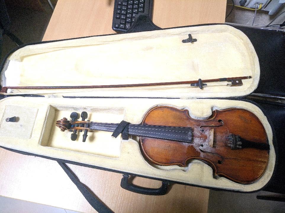 Музичний інструмент - скрипка та смичок до неї