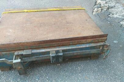 Металобрухт вагою 45 кг та підлогові ваги на 150 кг