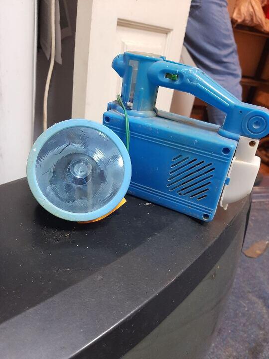 Ліхтар синього кольору з пошкодженим корпусом