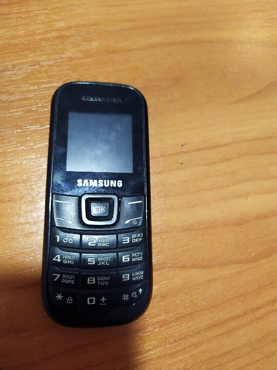 Рухоме майно в кількості 6 одиниць, а саме: зарядний пристрій, мобільні телефони в кількості 4 шт. та три  колоди гральних карт