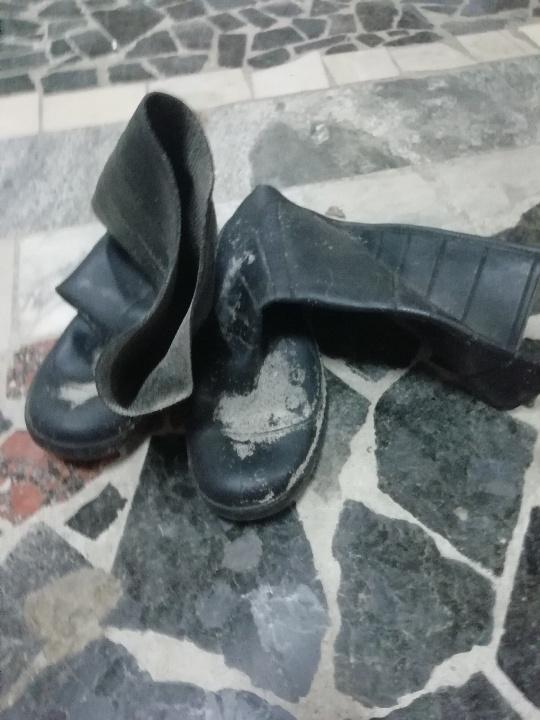 Гумові чоботи бувші у використанні
