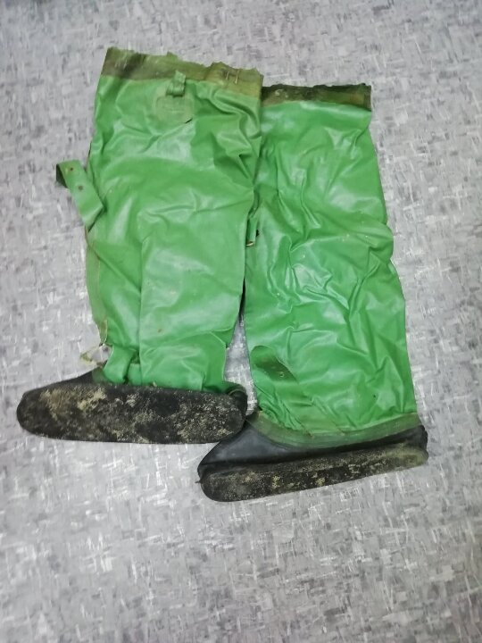 Гумові чоботи зеленого кольору, бувші у використанні