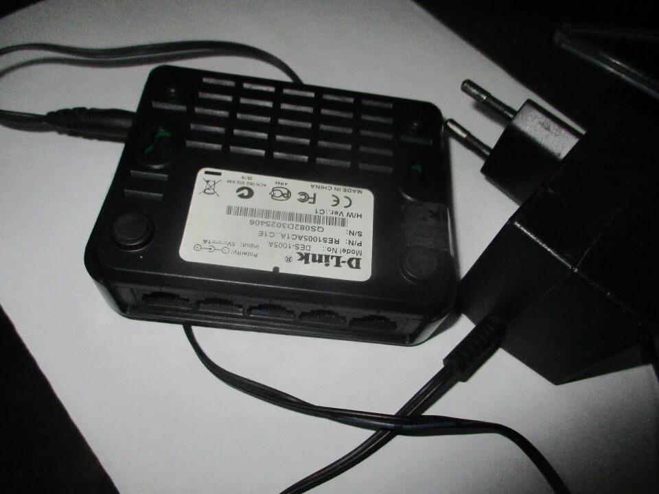 Маршрутизатор інтернет кабелів D-Link DES 1005A, чорного кольору, б/в