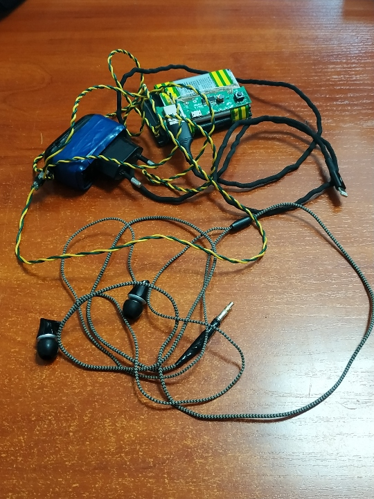 Зарядні пристрої (саморобні) – 2 шт., б/в; навушники, б/в – 1 шт.