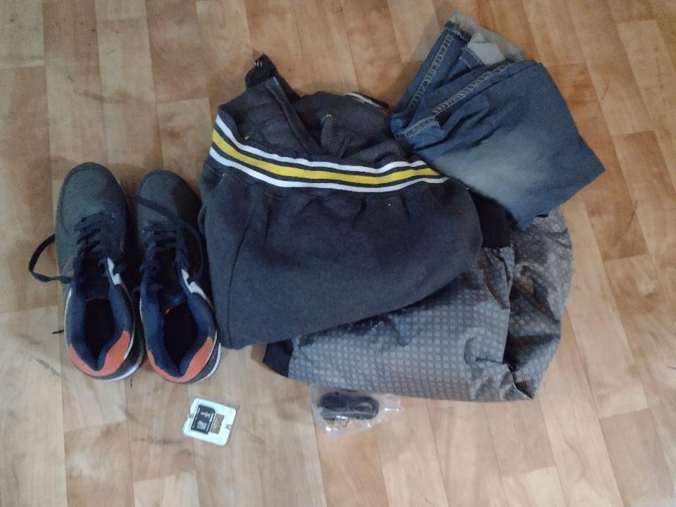 Кросівки 43 розміру, джемпер, олімпійка, зарядний пристрій та картрідер