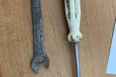 Викрутка з металевою основою на пластмасовій ручці білого кольору