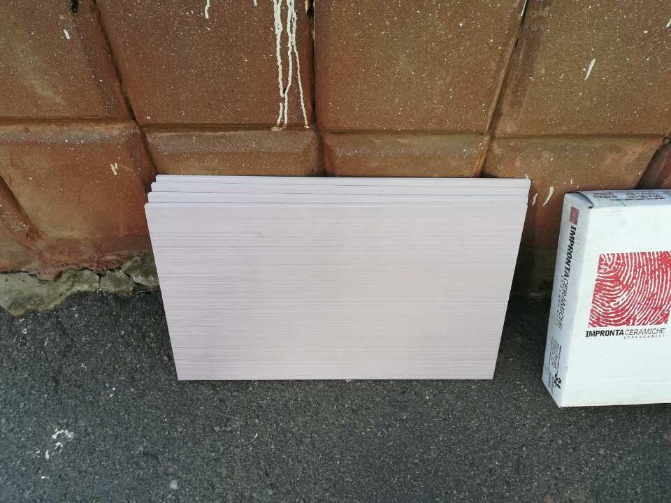 Будівельна плитка, бежево-сірого кольору, в кількості 16 (шістнадцять) шт., розмір 34х56 см, 13 3/8х22