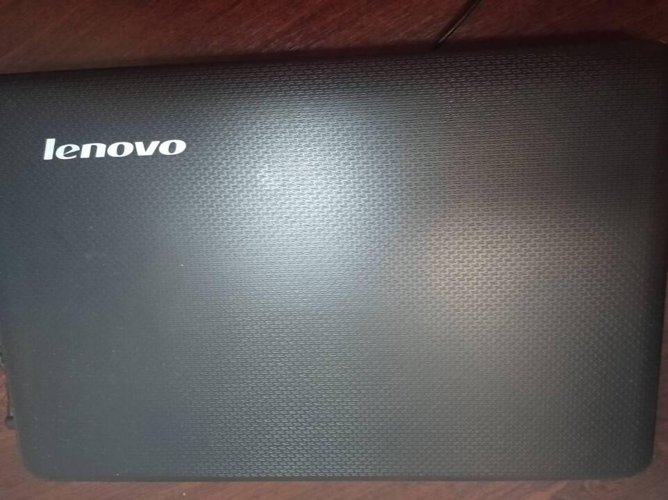 Ноутбук марки Lenovo, чорного кольору