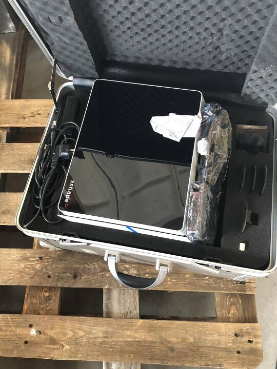Сканер 3SHAPE, s/n D810-L1049013X в металевому кейсі, що призначений для його переміщення та зберігання – 1 шт.