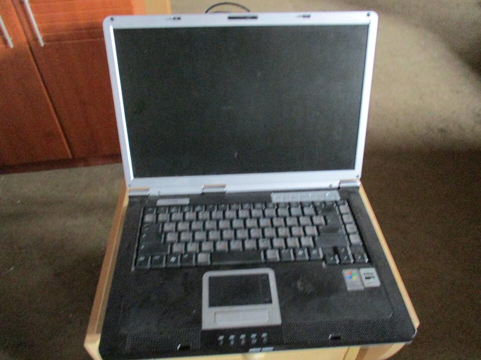 Ноутбук сірого кольору марки Cytron TCM, с/н NB41W7MNY0YC, б/к, робочий стан не перевірявся, з кабелем живлення