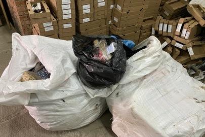 Одяг жіночий та чоловічий, сумки, пряжа, маски з маркуванням різних виробників в асортименті у кількості 151,8 кг
