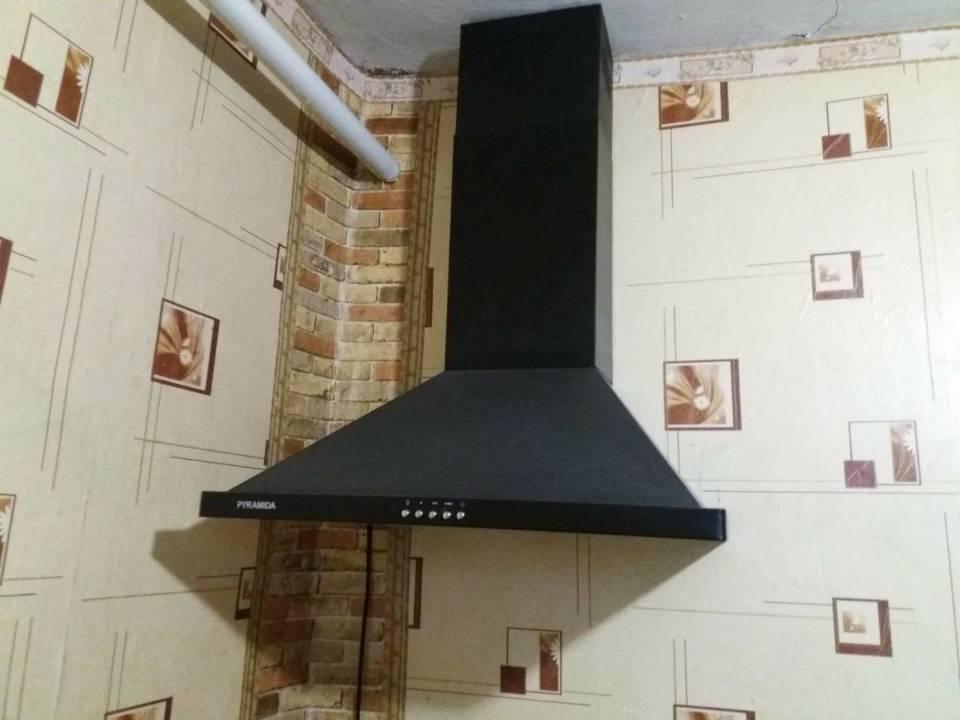 Кухонна витяжка, чорного кольору, 2015 року випуску