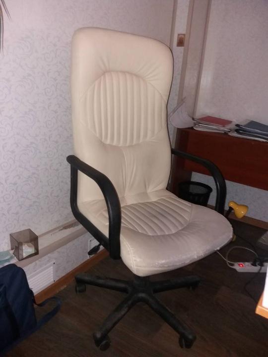 Ноутбук ASUS, крісло бежевого кольору, кутовий диван