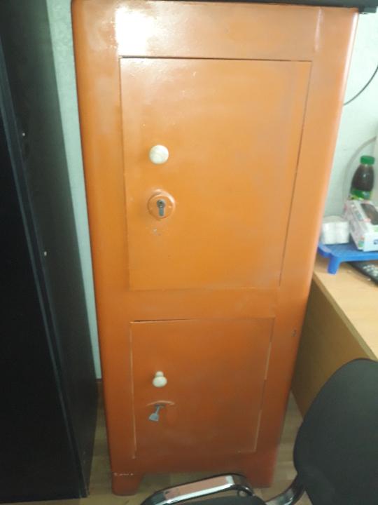 Сейф металевий, коричневого кольору