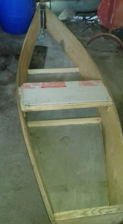 Саморобний дерев'яний човен