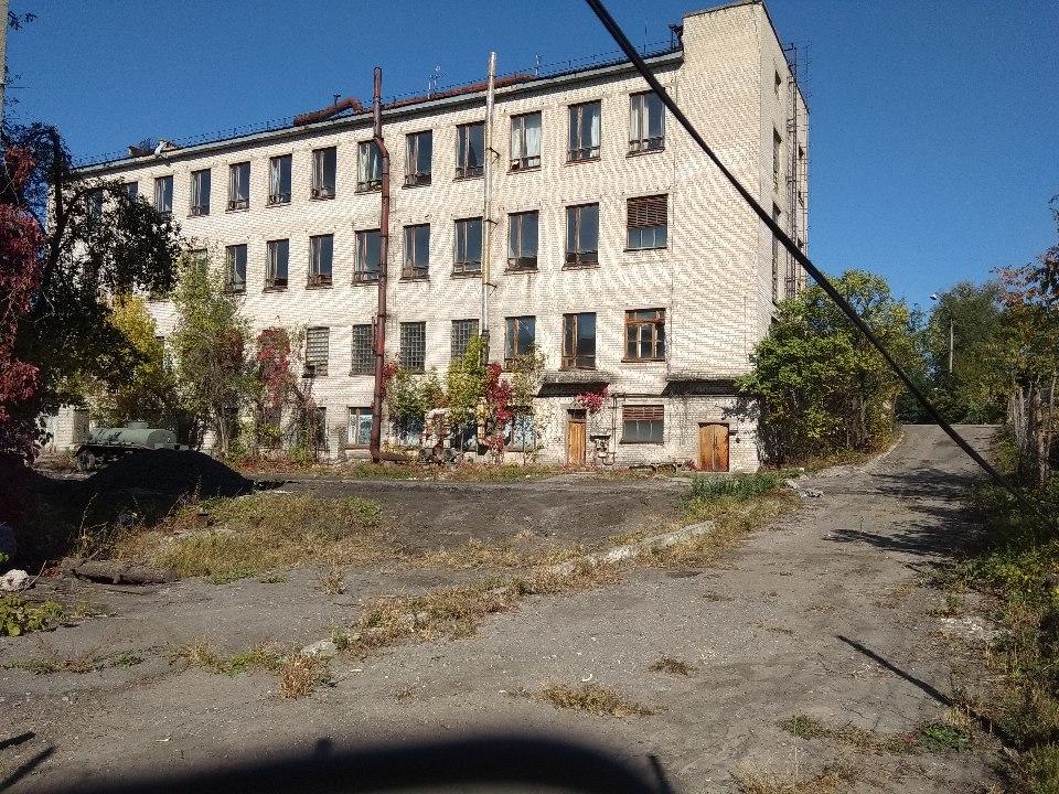 Будівля об'єкта 319б, загальною площею 2373,80 м.кв. (Літ. Г, Г1), що знаходиться за адресою Луганська область, місто Рубіжне, пл. Хіміків, 2е