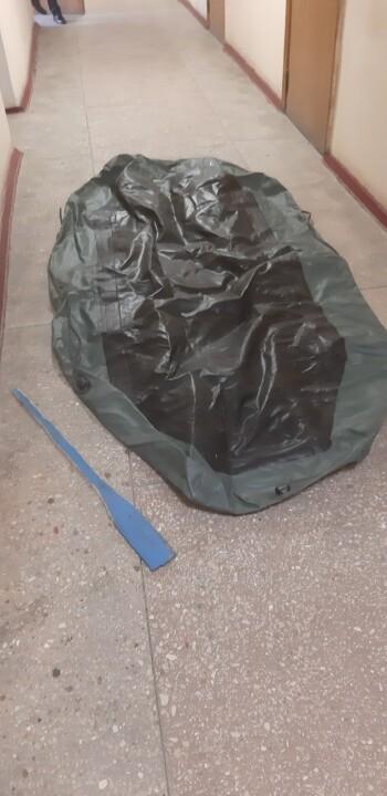 Човен гумовий у кількості 1 шт., зеленого кольору, довжина 2,2 м., висота 0,35 м. та  весло дерев'яне, б/в