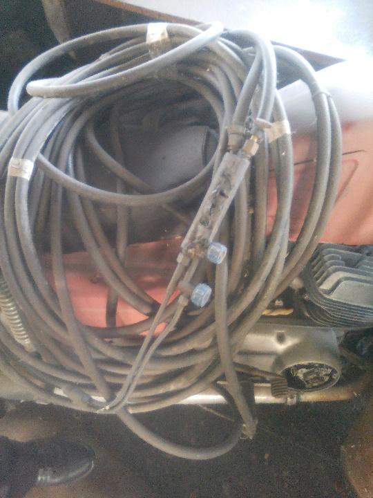 3 поз. б/в: газобалонне обладнання для розділу металу (2 балони з киснем, 1 балон з газом, шланги та різак)
