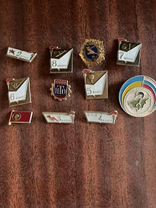 7 поз. рухомого майна (б/в): годинник Електроніка; годинник SEIKO; годинник ROLEX; годинник Луч; годинник Далаз (пошкоджено скло), 10 нагрудних значків, 12 ножів.