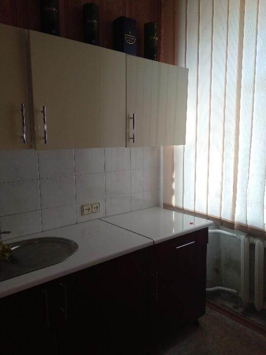 7 од. рухомого майна (б/в):  кухоний гарнітур,  кухонні табуретки – 4 шт.,  душова кабіна,  дзеркало з поличкою