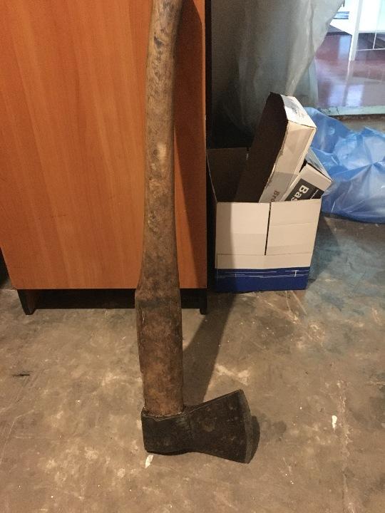 Металева сокира з дерев'яною ручкою
